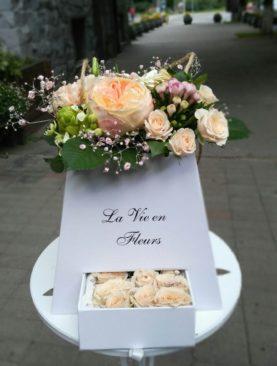 Английские розы в коробке в бежевых тонах
