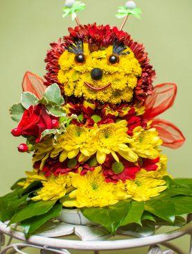 """Игрушка из цветов """"Пчёлка мая"""""""